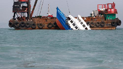 http://beritatrans.com/2016/12/05/2-kapal-tabrakan-di-karawang-4-orang-hilang/